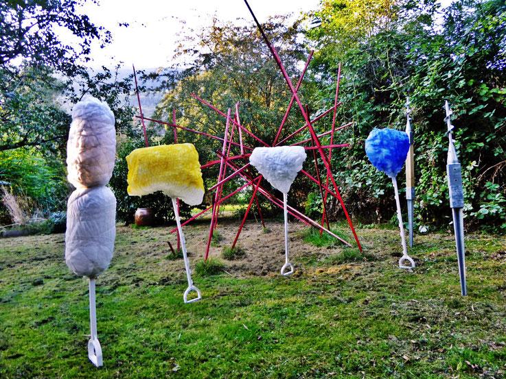 Pedro Meier – Neue Skulpturen 2016 /2017 – Atelier-Garten Gerhard Meier Weg Niederbipp (im Hintergrund Rote Mikado Skulptur) – Photo © Pedro Meier Multimedia Artist / ProLitteris – (Atelier: Niederbipp – Olten – Bangkok)