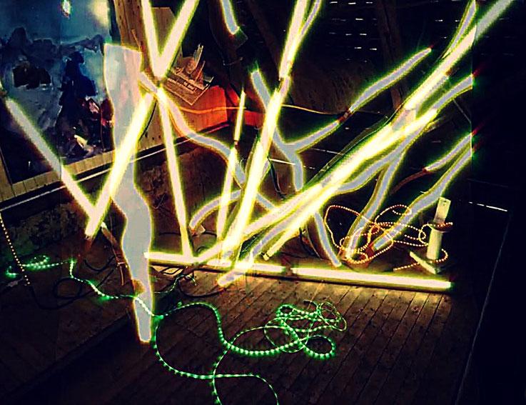 Pedro Meier – Grüner Schlangen – Lichtkunst – LightArt – Neon/LED – 200 Jahre altes Bauernhaus, Dachstock – Photo © Pedro Meier Multimedia Artist MoMA Bangkok FLUXUS – DADA – SIKART Zürich – Gerhard Meier Weg Niederbipp Bern bei Solothurn Oberaargau