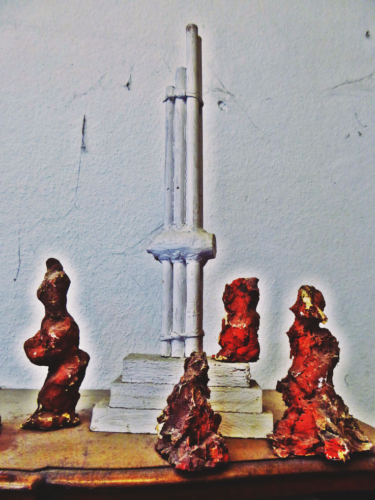 Pedro Meier Skulpturen »Siamesische Szenerie«, (Bambus, Lehm, Bast, Farbe, Objet trouvé) 1987. Atelier am Golf von Siam, Bang Saen Beach, Chonburi, Thailand. Von 1978-1988 Künstleratelier, Skulpturenpark, Künstlerkolonie, Bangkok Art Group. Visarte SIKART