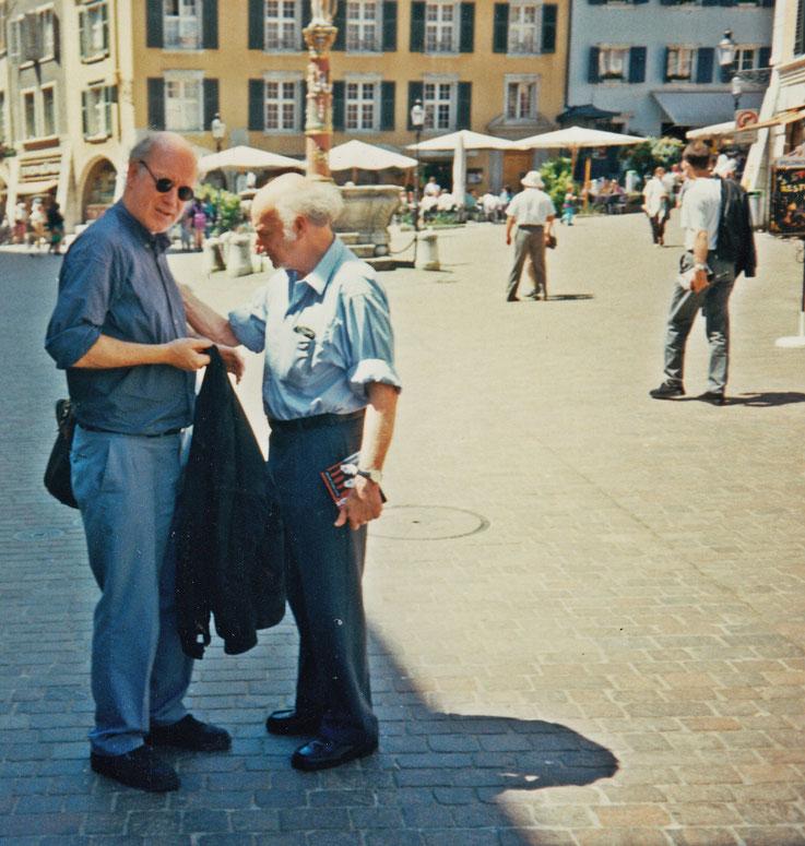 Gerhard Meier und Franz Hohler in der Solothurner Altstadt nach Buchpremiere »Das dunkle Fest des Lebens« von Werner Morlang im Kunstmuseum Solothurn 1995 – Foto © Pedro Meier / ProLitteris – Multimedia Artist Niederbipp