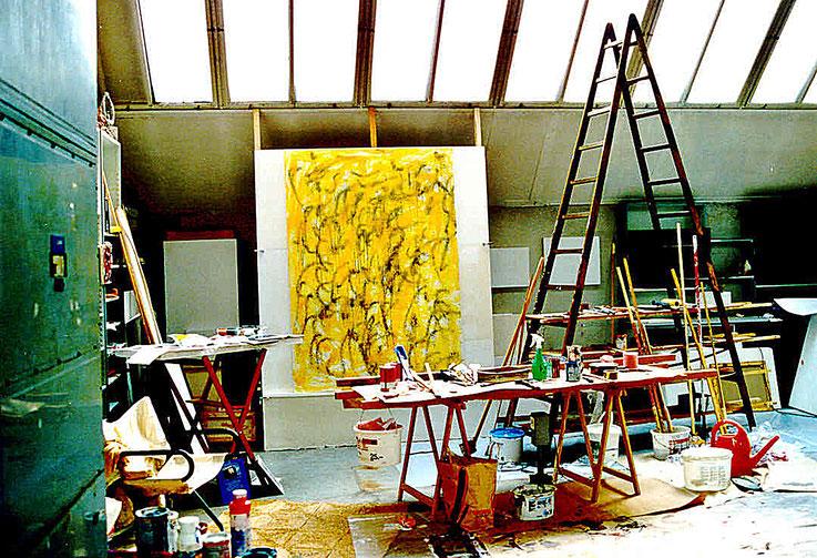 Pedro Meier – Bild: Kalligraphie auf gelbem Grund – Atelier Shedhalle Gugelmann-Areal Roggwil Langenthal – um 1999 © Pedro Meier Multimedia Artist MoMA Visual Art Museum Bangkok – FLUXUS – DADA – SIKART Zürich – Gerhard Meier Weg Niederbipp Bern Solothurn