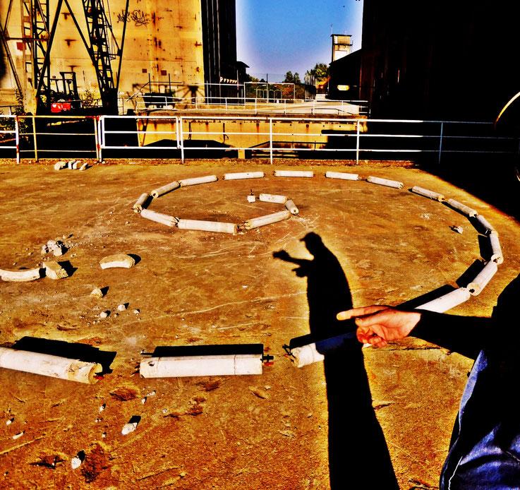 Pedro Meier – Serpentine Installation / Performance 2016 (Zement / Eisen) – ArtCampus Attisholz – Minotaurus Projekt – Photo © Pedro Meier Multimedia Artist / ProLitteris – Gerhard Meier Weg Atelier Niederbipp – Olten – Bangkok – »Selfie-Art-Project«