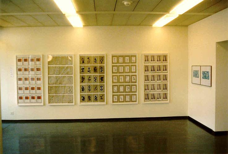 Pedro Meier – Stadthaus Olten Ausstellung 1998 »Etappenbericht« – 5 Bilder-Panels à je 20 Arbeiten (Roter Faden /Graphit, Tusche über Lithographie, Tusche über Buchtext) Foto © Pedro Meier Multimedia Artist Gerhard Meier Weg – Niederbipp – Olten – Bangkok