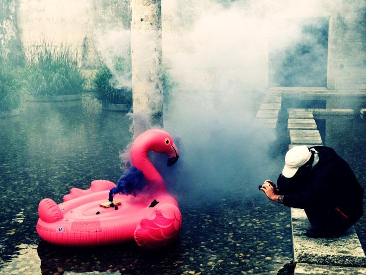 Pedro Meier Blue Colour Smoke Bomb Action »Pink Flamingo«, Rauch Performance. Uferpark Campus Attisholz, Kantine 1881, © by Pedro Meier Multimedia Artist Niederbipp. Kunsthalle Olten. Bangkok Art Group BACC Visarte. Lexikon SIKART Zürich Vitaltransformer
