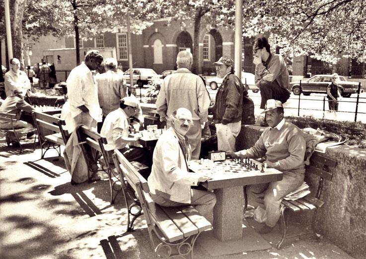 Pedro Meier Multimedia Artist – beim Schachspiel im Washington Square Park – New York – um 1985 – Foto © Pedro Meier / ProLitteris