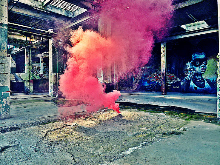 Pedro Meier Pink-Red Fog Rauch Performance, Color Smoke Bomb Project King's Hall of Fame Graffiti, Campus Attisholz Areal Kantine Uferpark. © Pedro Meier Multimedia Artist Niederbipp Kunsthalle Olten. Bangkok Art Group BACC. Visarte. Lexikon SIKART Zürich