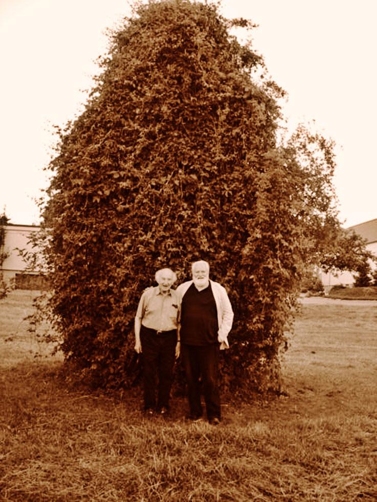 Gerhard Meier – Werner Morlang vor Kirschbaum aus Gerhard Meiers Literatur: – »Ich lasse keinen meiner Kirschbäume mehr so hoch werden. Ich säge jeden oben ab. Ich will keine hohen Kirschbäume mehr.« 88. Geburtstag Gerhard Meier – Photo 2005 © Pedro Meier