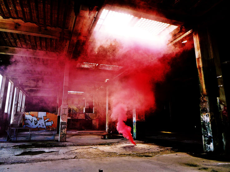 Pedro Meier – Rauch Performance, Pink Color Smoke Bomb Project King's Hall of Fame Graffiti – Campus Attisholz Areal, Kantine Uferpark, © by Pedro Meier Multimedia Artist Niederbipp. Kunsthalle Olten. Bangkok Art Group BACC. Visarte. Lexikon SIKART Zürich