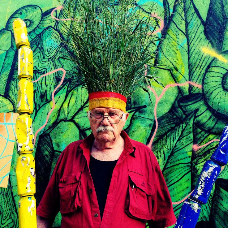 Der letzte Mohikaner. Fluxus DADA Climate Change Performance by © Pedro Meier: Bamboo, trash alu beer cans. Homage to the indigenous Amazon peoples, Native American Indians. Umweltzerstörung, Gesamtkunstwerk. Graffiti Attisholz. Visarte. SIKART Zürich