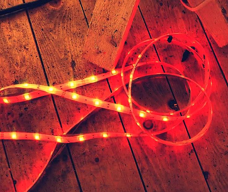 Pedro Meier – ROT – Lichtkunst – LightArt – Neon/LED – 200 Jahre altes Bauernhaus, Dachstock – Photo © Pedro Meier Multimedia Artist Visual Art Museum Bangkok FLUXUS – DADA – SIKART Zürich – Gerhard Meier Weg Niederbipp Bern bei Solothurn Oberaargau