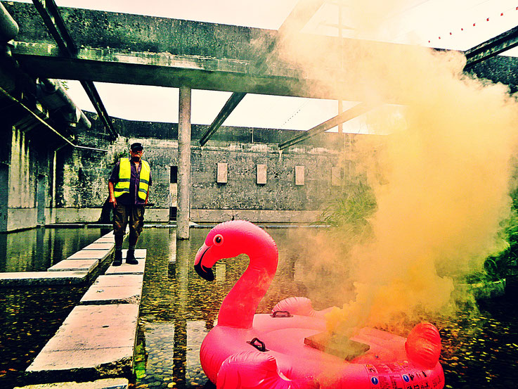 Pedro Meier Gone with the Wind, Uferpark, Yellow Colour Smoke Bomb Action Campus Attisholz Areal »Pink Flamingo« Rauch Performance, Solothurn, Kantine 1881 © by Pedro Meier Multimedia Artist Niederbipp. Kunsthalle Olten. Bangkok BACC Visarte SIKART Zürich