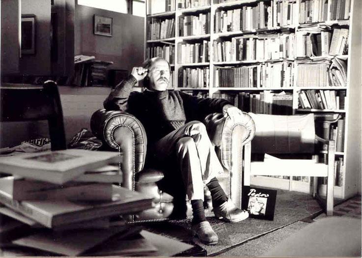 Pedro Meier – Atelier-Bibliothek um 1984 mit antikem englischem Ledersessel – Alte Gerberei Aarburg Schweiz – Photo © Pedro Meier Multimedia Artist / ProLitteris – Niederbipp – Bangkok