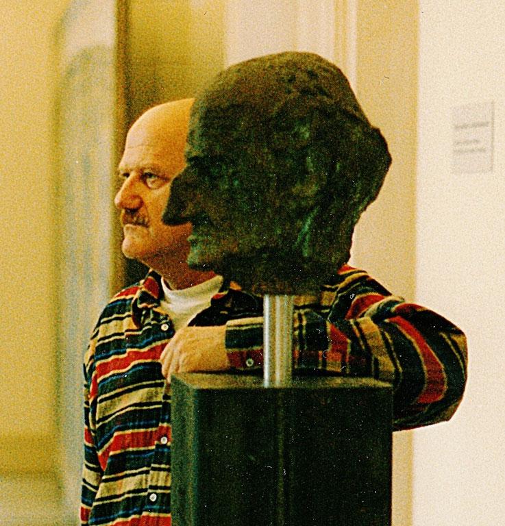 Pedro Meier mit Gerhard Meier Büste in Bronze von Schang Hutter – Kunstmuseum Solothurn 1995 – Ausstellung Gerhard Meier Dokumentation & Pedro Meier Bilder – Kurator André Kamber – Literaturtage – SIKART Zürich – © Pedro Meier Multimedia Artist Niederbipp
