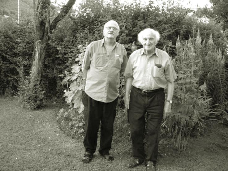 Gerhard Meier und Pedro Meier im Garten am Gerhard Meier Weg in Niederbipp alias Amrain – 88. Geburtstag 2005 – Foto Archiv Pedro Meier Multimedia Artist