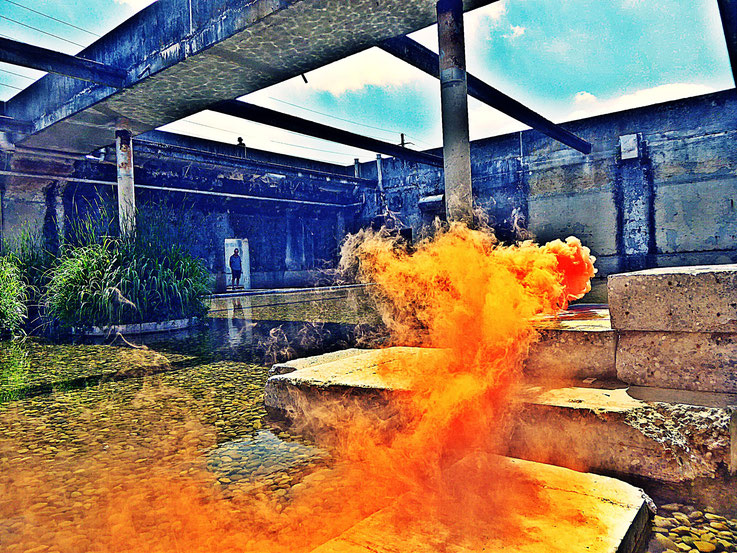 Pedro Meier Yellow Colour Smoke Bomb Action »Pink Flamingo«, Rauch Performance. Uferpark Campus Attisholz Areal Solothurn, Kantine 1881, © by Pedro Meier Multimedia Artist Niederbipp. Kunsthalle Olten. Bangkok Art Group BACC Visarte. Lexikon SIKART Zürich