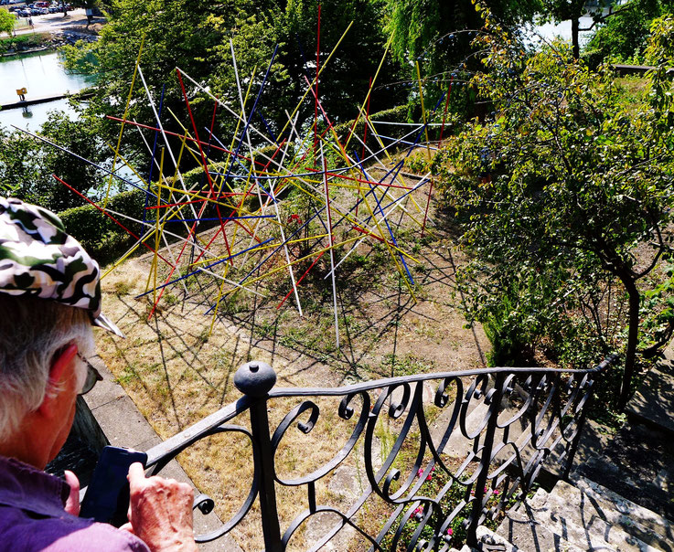 Pedro Meier – »Mikado-Skulptur« – Gartenterrasse Hotel Stadthof Bremgarten, Antoniegasse Obertor, Reuss Postkasten – by © Pedro Meier Atelier: Gerhard Meier-Weg Niederbipp / Bangkok Thailand / Kunsthalle Olten. Foto Vitaltransformer ArtWalk, SIKART Zürich