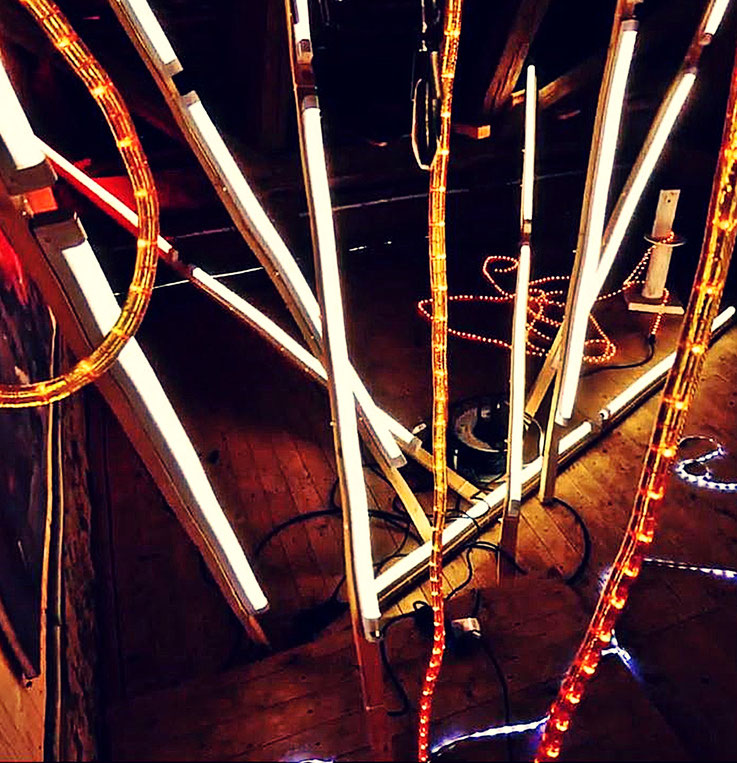Pedro Meier – light fence – Lichtkunst – LightArt – Neon/LED – 200 Jahre altes Bauernhaus, Dachstock – Photo © Pedro Meier Multimedia Artist MoMA Bangkok – FLUXUS – DADA – SIKART Zürich – Gerhard Meier Weg Niederbipp Bern bei Solothurn Oberaargau