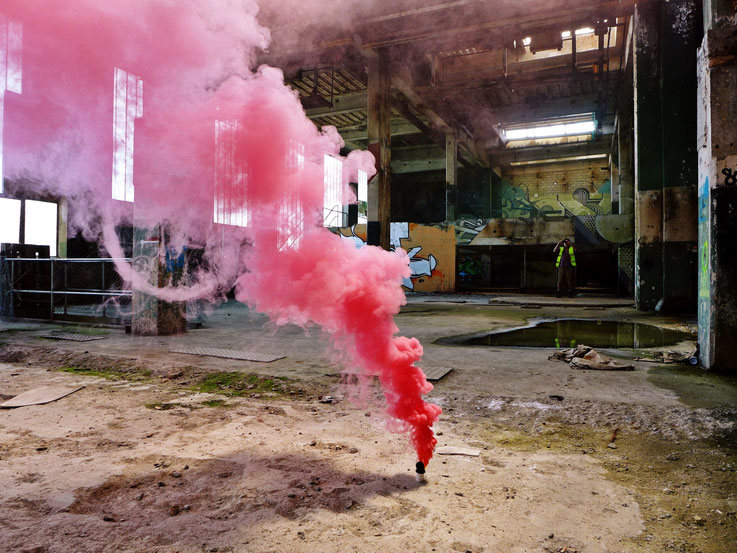 Pedro Meier – RED Rauch Performance, Color Smoke Bomb Project King's Hall of Fame Graffiti, Campus Attisholz Areal, Kantine Uferpark, © by Pedro Meier Multimedia Artist Niederbipp. Kunsthalle Olten. Bangkok Art Group BACC. Visarte. Lexikon SIKART Zürich