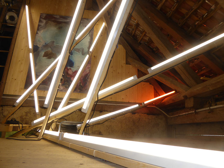 Pedro Meier – Lichtkunst – Light and sound performance – Neon und LED-Installation 2017 Nr. 15 – im Dachstock Atelier Gerhard Meier-Weg Niederbipp – Photo © Pedro Meier Multimedia Artist / ProLitteris (Olten, Bangkok)