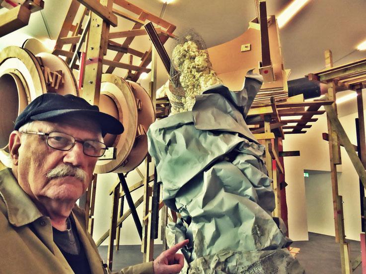 Pedro Meier meets PhYllida Barlow – Kunsthalle Zürich 2017 – Switzerland – »Selfie-Art-Project« Pedro Meier Nr. 30 – Photo © Pedro Meier Multimedia Artist – Gerhard Meier Weg, Niederbipp – Olten – Bangkok