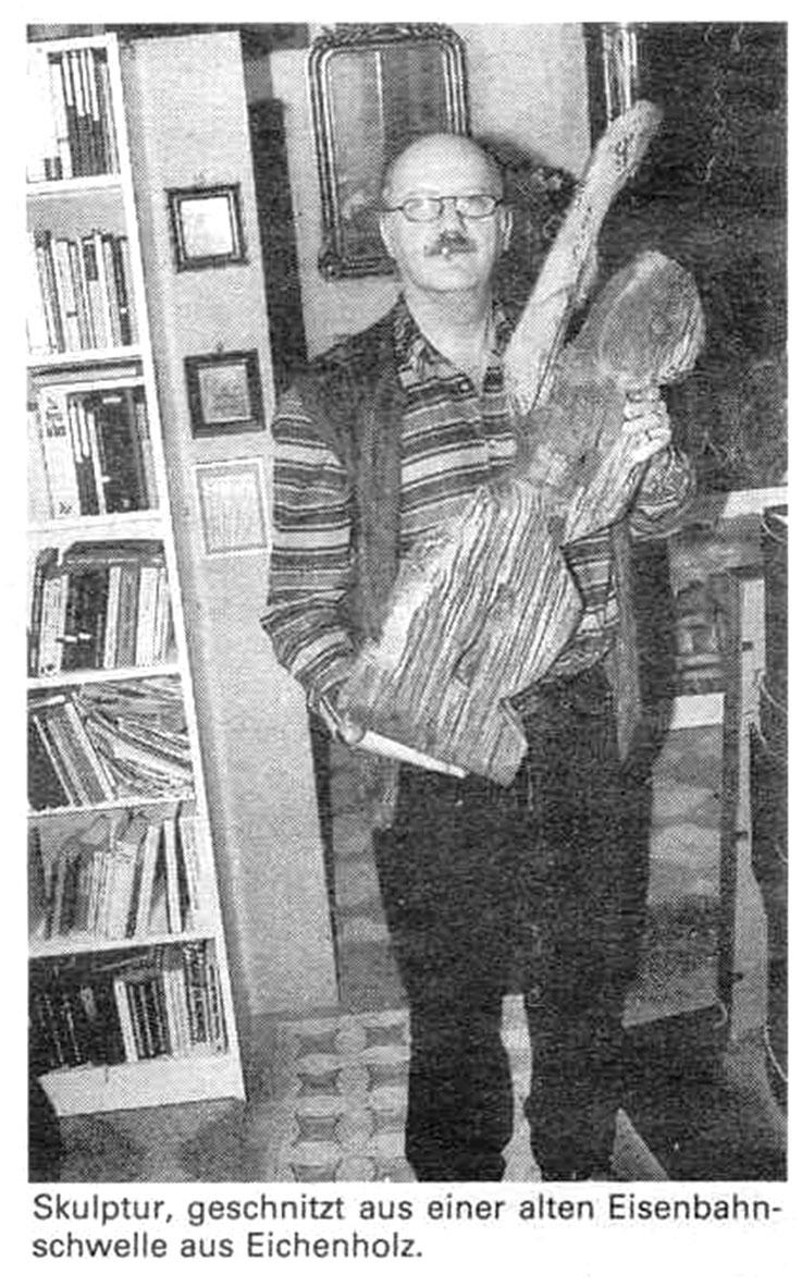 Pedro Meier mit Skulptur »Eisenbahner« 1987, Eichenholz alte Eisenbahnschwelle – Atelier Alte Gärbi Aarburg – Portrait Zofinger Tagblatt Wiggertaler Anzeiger – ausgestellt Galerie Studer Burgdorf, Galerie Bremgarten, Olten – Niederbipp, Visarte, SIKART ZH