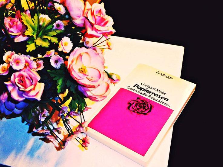 Gerhard Meier – Kunstrosen mit Buch »Papierrosen – Gesammelte Prosaskizzen« – Erstausgabe 1976. Ausgestellt: »100 Jahre Gerhard Meier – Der Weltenbürger aus Amrain« – »zuweilen sind Papierrosen realer als echte Rosen…« Gerhard Meier – Foto © Pedro Meier