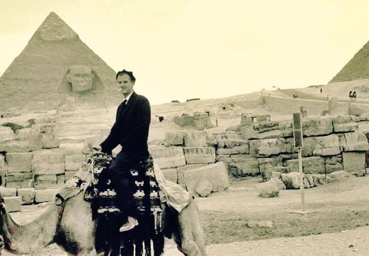 Pedro Meier auf Kamel – Ägypten-Reise 1963 – Grosse Sphinx von Gizeh, Chephren- und Cheops-Pyramide Kairo am Nil, Nildelta – Land der Pharaonen – Photo © Pedro Meier Multimedia Artist / ProLitteris – Ateliers: Gerhard Meier Weg Niederbipp, Olten – Bangkok