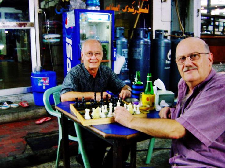 Pedro Meier Multimedia Artist beim Schachspiel im Night Market – in Kampong Som (heute Sihanoukville) – Cambodia – am Gulf of Siam (heute Golf von Thailand) – 1996 – Archiv Foto © Pedro Meier / ProLitteris
