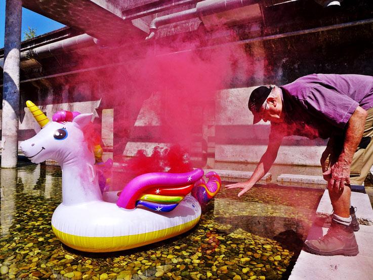 Pedro Meier »Pink Flamingo – Weisses Einhorn«, Uferpark Rauch Performance, Colour Smoke Bomb Action, Campus Attisholz Zellulosefabrik Areal, ehemalige Kläranlage. © by Pedro Meier Multimedia Artist Niederbipp. Bangkok Art Group BACC. Lexikon SIKART Zürich