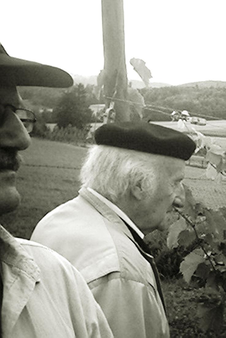 Pedro Meier – Gerhard Meier – im Weinberg, im Hintergrund der Jura-Südfuss – August 2002 – Foto © Pedro Meier Multimedia Artist – Selfie-Art-Projekt Museum DADA Kunsthalle Kunstmuseum Literaturarchiv Literatur Suhrkamp Zytglogge Literaturweg Niederbipp OT