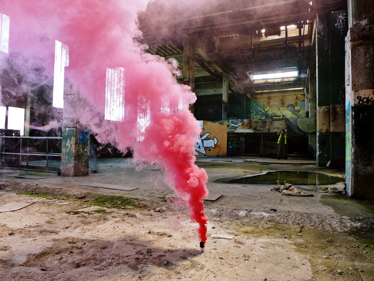 Pedro Meier: Red-Pink Color Smoke Bomb Project, Graffiti King's Hall of Fame, Rauch Performance, Campus Attisholz Areal, Kantine Uferpark, © by Pedro Meier Multimedia Artist Niederbipp. Kunsthalle Olten. Bangkok Art Group BACC. Visarte – Lexikon SIKART ZH