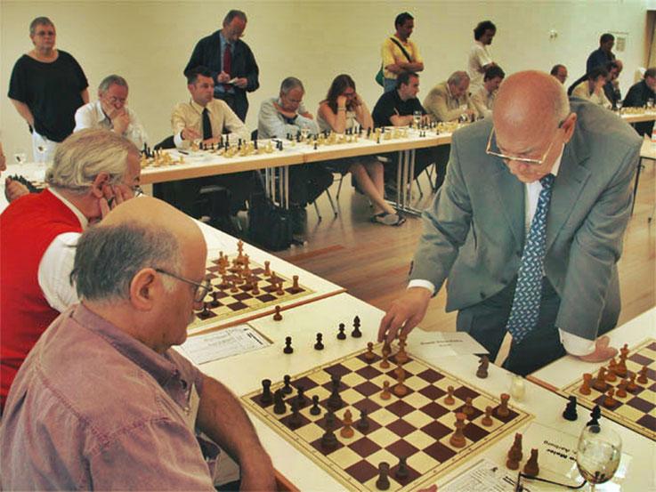 Pedro Meier Multimedia Artist mit Viktor Kortschnoi, zweimaliger Schach-Vizeweltmeister und Grossmeister – beim Simultanschach in Basel 2003 – Archiv Foto © Pedro Meier / ProLitteris
