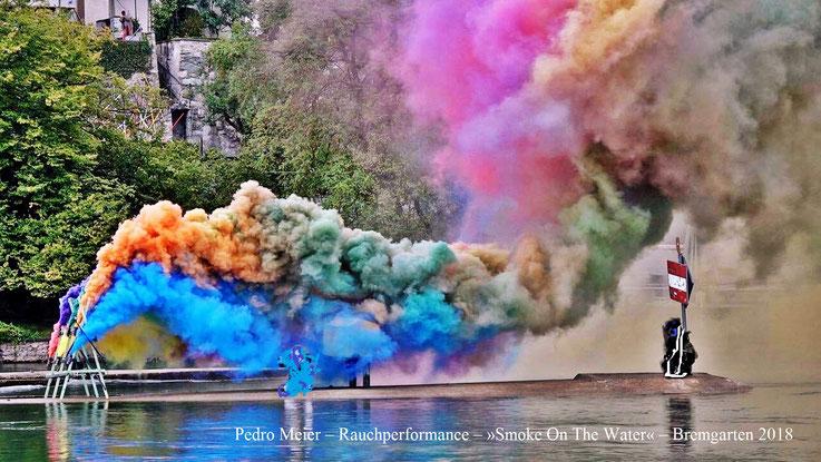 Pedro Meier Rauch Performance »Smoke On The Water«, Installation 2018, mitten auf der Reuss, Bremgarten Aargau. Photo © Pedro Meier Multimedia Artist. Ateliers: Gerhard Meier-Weg Niederbipp, Olten Kunsthalle Offspace, Bangkok Gulf of Siam. SIKART Zürich