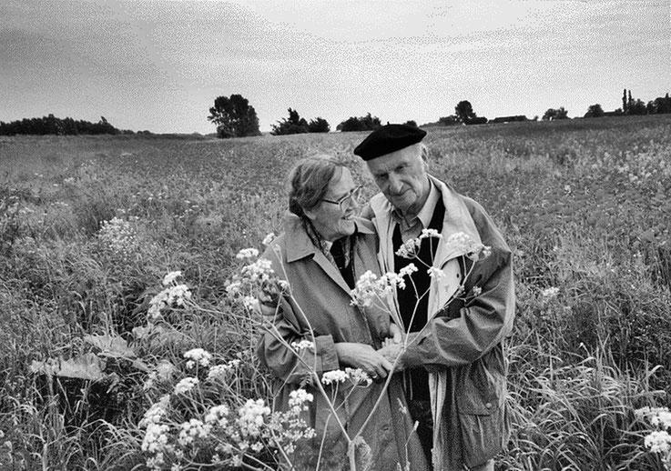 Gerhard Meier und Dorli Meier im Garten seiner Mutter Karoline Auguste Johanna Kasten in Güstin bei Bergen auf der Insel Rügen (vormals Preussen) – 1994 – Foto Archiv Pedro Meier