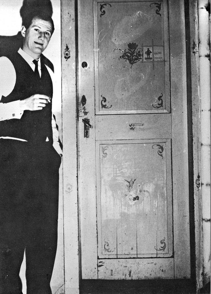 Pedro Meier vor der Türe seines Buch-Antiquariats Predigergasse Zürich 1963 – Bibliophiles, Folianten, Cosmographien Chroniken, Atlanten, Erstausgaben, Helvetica, Autographen, Manuskripte – Hier entstanden auch seine ersten literarischen Texte - PRO LYPRO