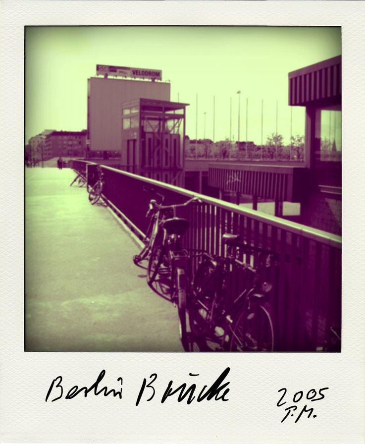 Pedro Meier Schriftsteller – Berliner Brücke mit Fahrrädern – Polaroid 2005 zu Gedichtzyklus BERLIN – Edition Amrain Verlag. © Pedro Meier Fotokünstler, Lyriker, Maler, Dichter. Gerhard Meier-Weg, Niederbipp. SIKART Zürich, ProLitteris. www.Autorenwelt.de
