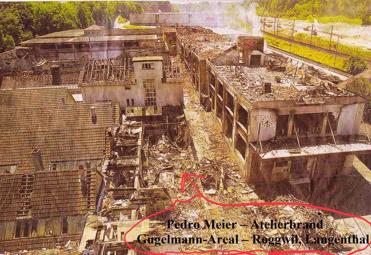 Pedro Meier Gugelmann-Areal Atelierbrand Roggwil Langenthal (Lorze AG Adrian Gasser). Über 1000 Bilder, Zeichnungen und Skulpturen sind verbrannt. Einzigartige Bibliothek, 12'000 Bücher zerstört. Künstlerisches Lebenswerk vernichtet. Feuerkatastrophe 2001
