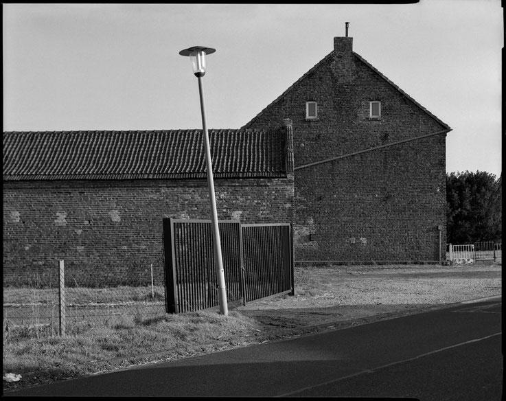 Großformatfotografie: Verlassener Bauernhof, Erftkreis 2021. SINAR F mit HELIAR 1:4.5/21cm.  Foto: Dr. Klaus Schoerner