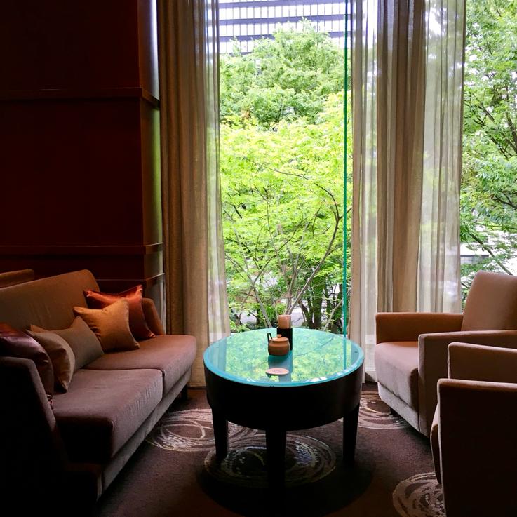 自分へのご褒美:プライベート・セッションは、ホテルラウンジにて優雅なひとときを・・・(京王プラザホテル本館3階/アートラウンジより)