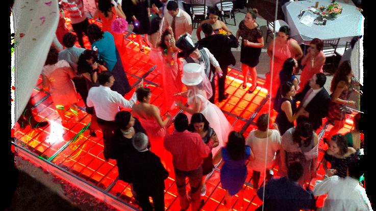 KLS gente bailando sobre pista iluminada  en rojo en Casa de las Campanas