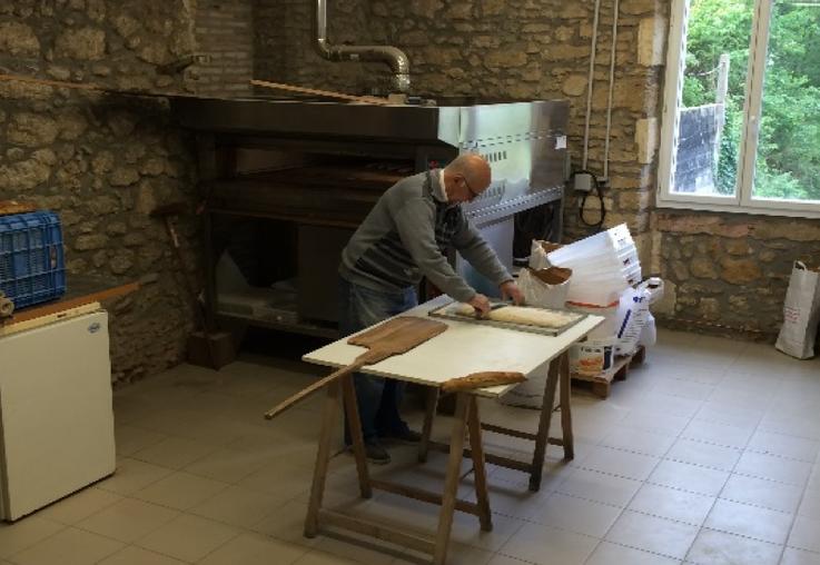 Au fournil, Jean-Yves Dufaure s'affaire à la préparation du pain