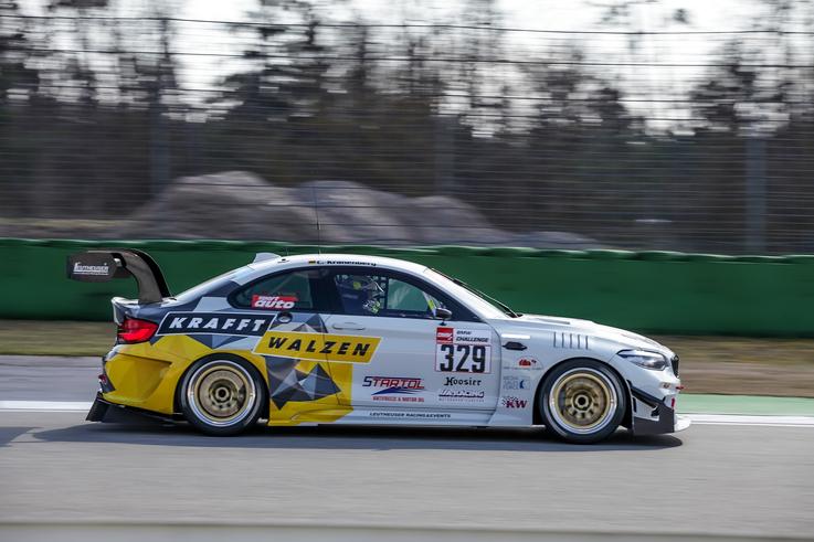Flossmann Auto Design BMW F87 M2 GTR Breitbaukit. Zu sehen ist die Frontansicht mit Frontschürze, Splitter, Motorhaube, Kotflügel, Spiegel, Schweller, Türen, Verbreiterungen hinten, Heckflügel. Tuning Rennauto auf Basis des Serien M2, F22, Competition.