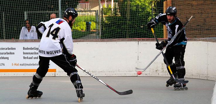 Kommt ein Schläger geflogen: Schon in der Vorrunde legten sich beide Teams  in Langen mächtig ins Zeug. Foto: Swoboda