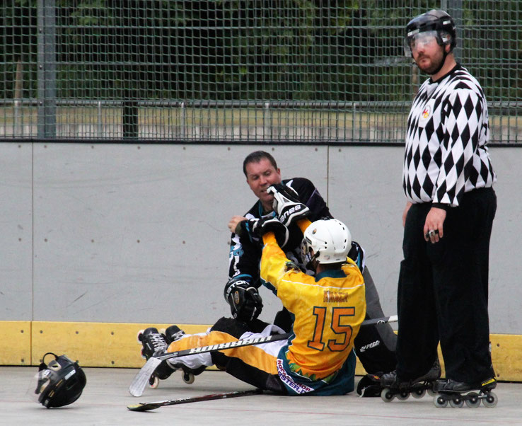 Zwei Spieler keilen sich am Boden. Schiedsrichter Reichhardt interessiert das nicht wirklich. Foto: Swoboda