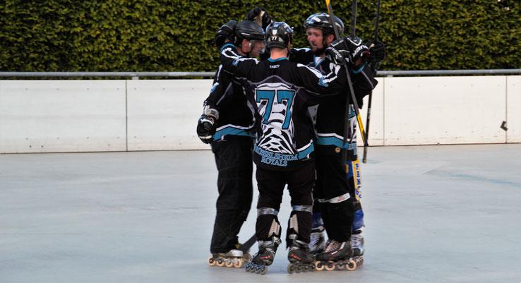 Geschafft: Die Royals liegen sich nach dem Siegtreffer in den Armen. Foto: Swoboda