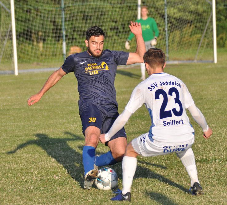 Germanias David Goguadze gegen Jeddeloh-Neuzugang Moritz Seiffert, der vom FC St. Pauli kam.