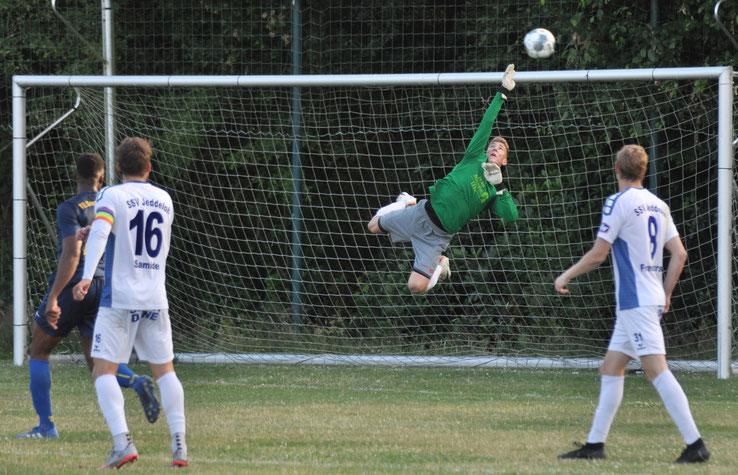 Jeddeloh versuchte es oft mit Distanzschüssen, weil die VfL-Defensive sicher stand. Hier ist Germania-Torhüter Marcel Bergmann zur Stelle,