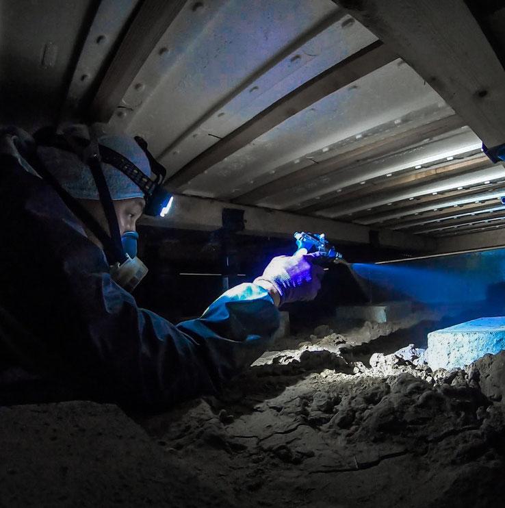 床下での薬剤散布