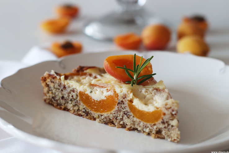 Aprikosenkuchen mit Mandelteig, Schmandguss und Rosmarin.