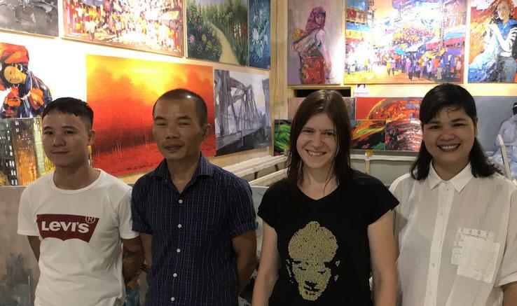 Zu Besuch in der Partner-Galerie: Künstler Nguyen Tho Hieu und Do Van Binh, Susanne Höhne und Galeristin Nguyen Thi Bien